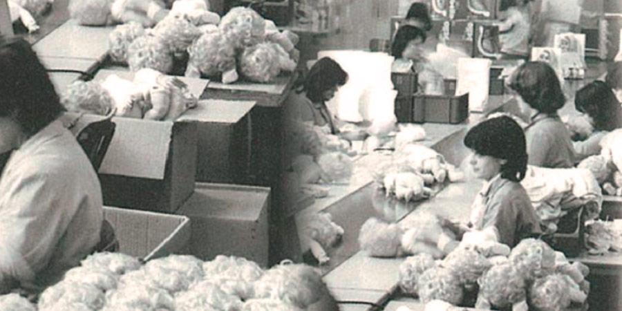 1973: donne che lavorano su banchi costruiscono Cicciobello.