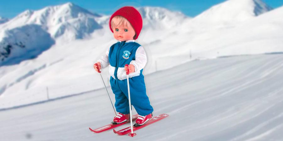 Cicciobello sciatore sulla neve in montagna