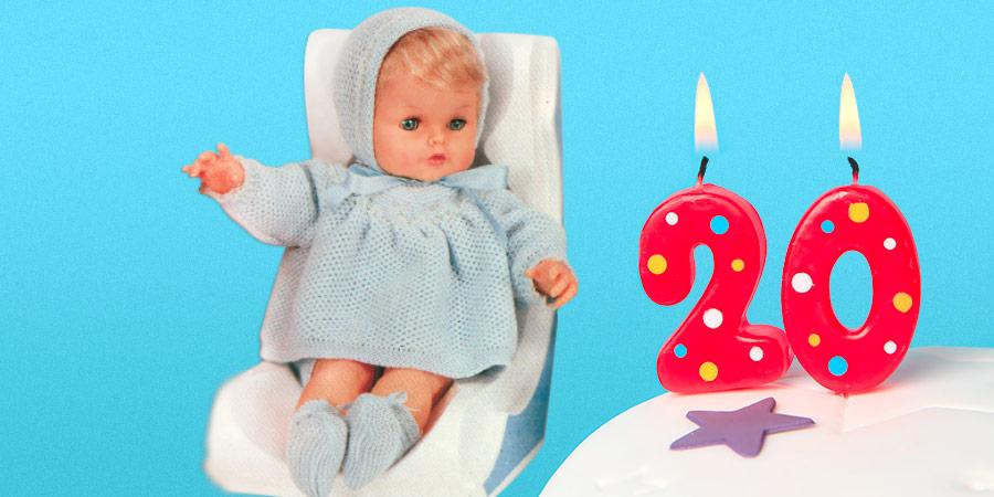 Cicciobello guarda torta candeline accese 20