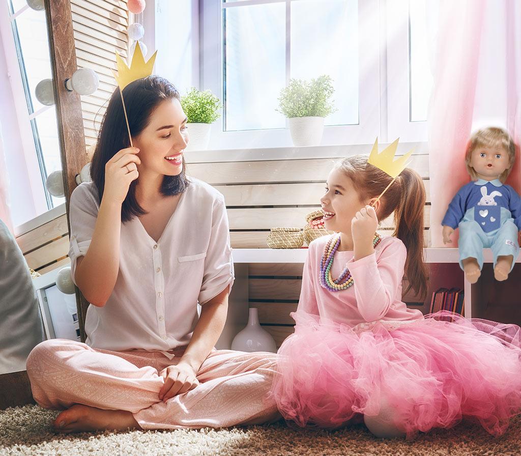 Mamma e figlia, vestite da principessa con alle spalle Cicciobello Bua