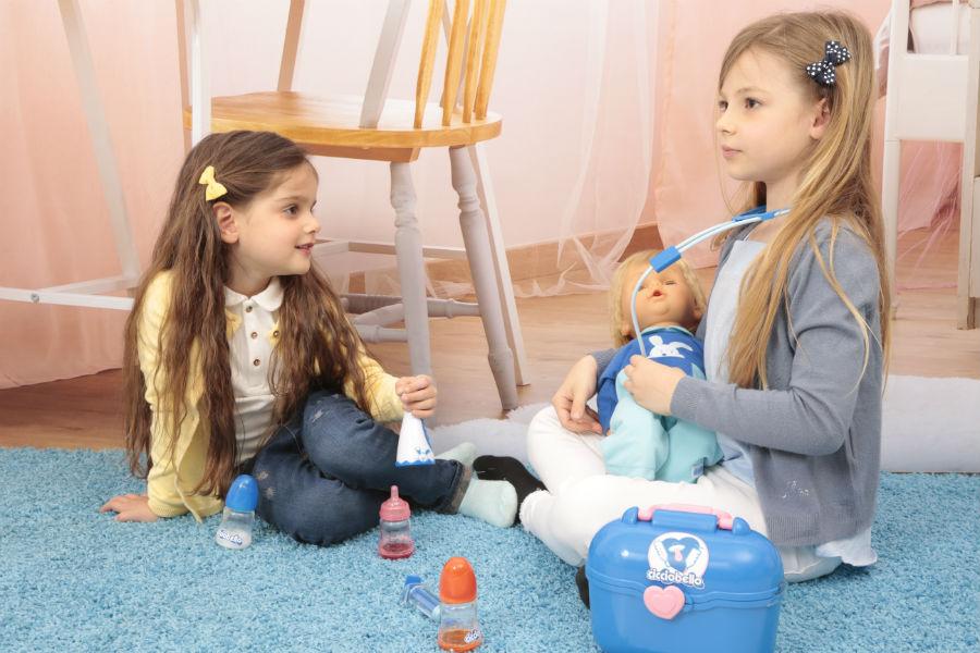 Bambine giocano ad accudire Cicciobello Bua Deluxe