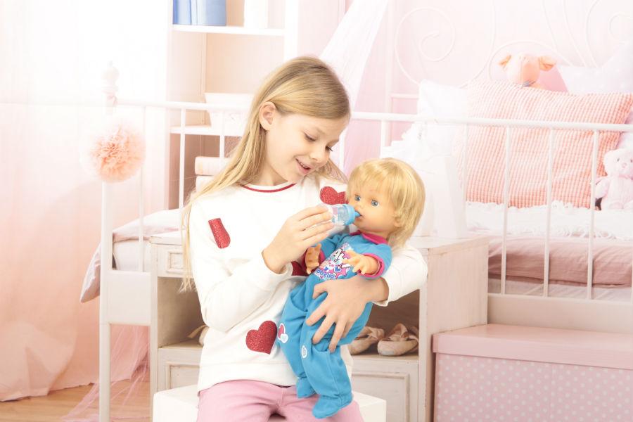 Bambina gioca ad accudire Cicciobello Mille Baci