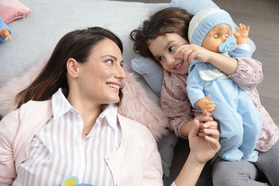 Mamma e figlia giocano con Cicciobello Fiocco di Neve