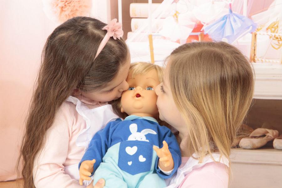 Due sorelline con il loro primo Cicciobello