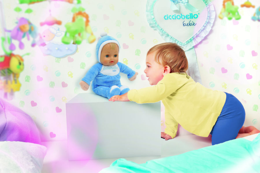 Bambino piccolo gioca con Cicciobello Bebé Bellissimo