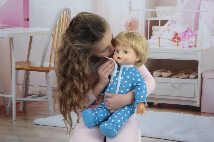 Bambina gioca con Cicciobello Lacrime Vere