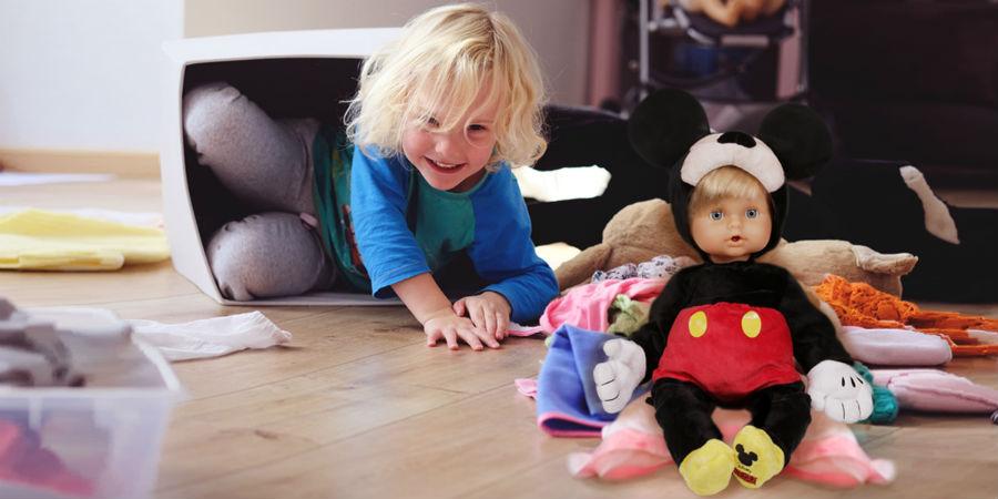 Bambina gioca con Cicciobello Mickey Mouse