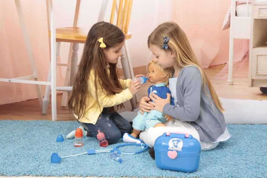 Bambine giocano in salotto con Cicciobello Bua Deluxe e i suoi accessori