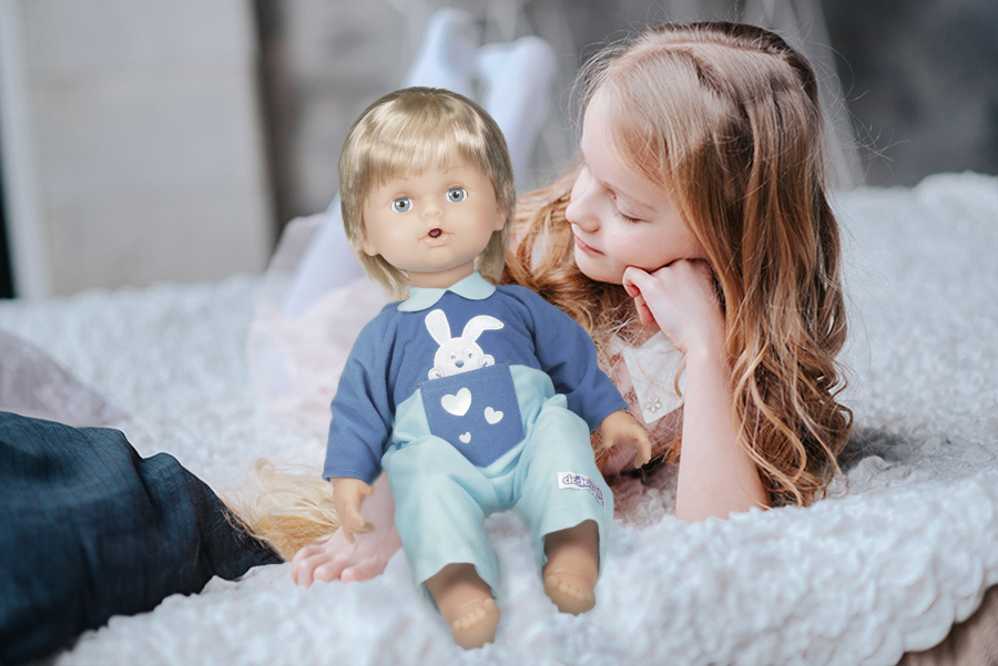 bambina-sul-letto-guarda-cicciobello