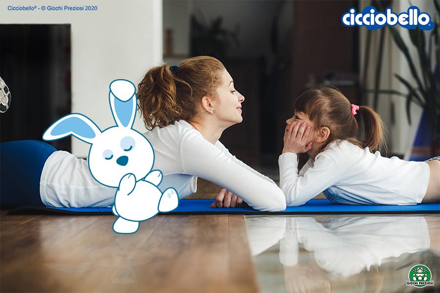 Mamma e figlia a lezione di ginnastica in casa con Cicciobello