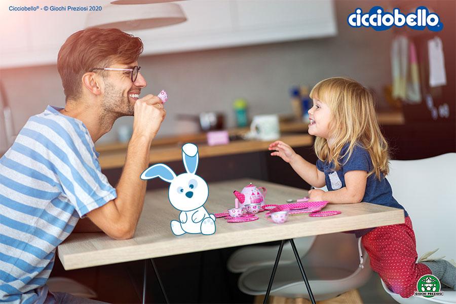 un papà prende il tè con sua figlia