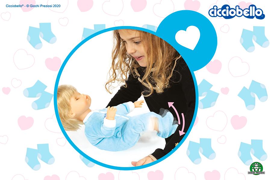Bambina gioca con Cicciobello Monello, la bambola interattiva che sgambetta e ride.