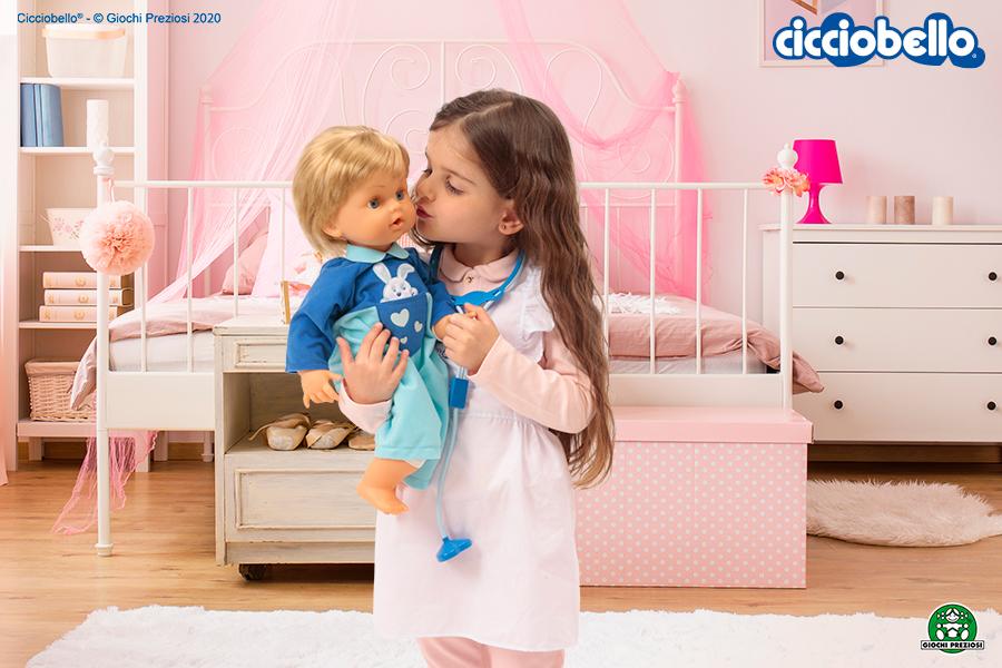Bambina gioca con Cicciobello Bua nella sua cameretta