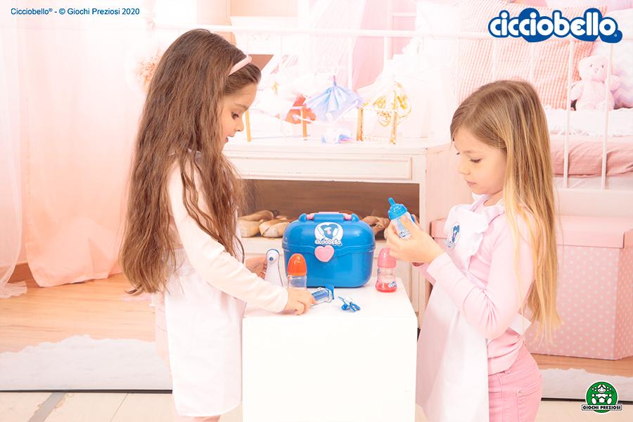 Bambine giocano con Cicciobello Bua Deluxe in cameretta