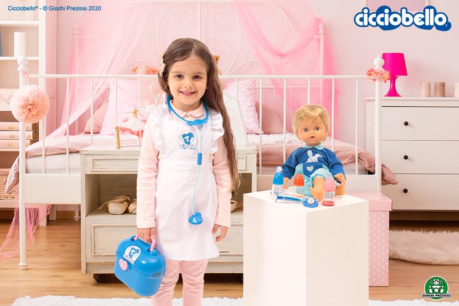 Bambina gioca con Cicciobello Bua Deluxe nella sua cameretta