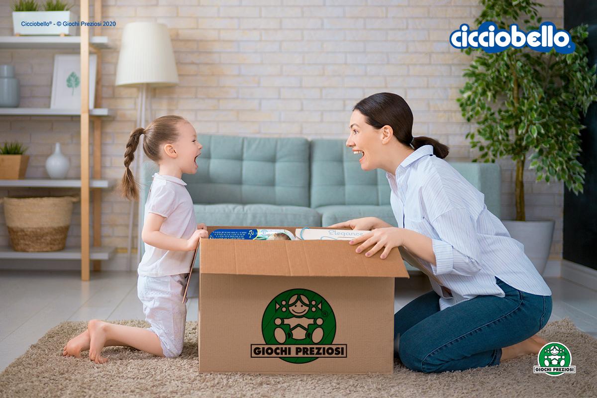 Bimba e mamma aprono un pacco contenente prodotti Cicciobello, acquistati sull'E-commerce ufficiale Giochi Preziosi